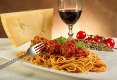 bigstock spaghetti with meatballs and t 27482303 400x275 - Что едят итальянцы в ресторанах.